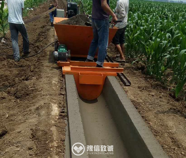 Cast-in-place concrete ditch forming machine